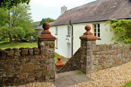 Self-Catering Brecon Beacons Holiday Cottage Craig y Nos farmhnouse steps to front garden